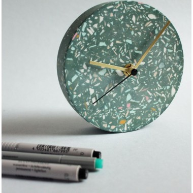 Kleine Wanduhr mit Uhrzeiger aus Messing / Tafel / objet vague