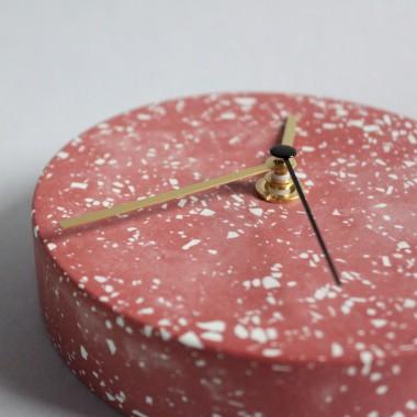 Kleine Wanduhr mit Uhrzeiger aus Messing / Rot / objet vague