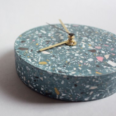 Kleine Wanduhr mit Uhrzeiger aus Messing / Pétrol / objet vague