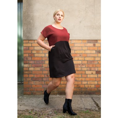 "KLEID AUS TENCEL ""TOO WINE"" IN ROT/SCHWARZ"