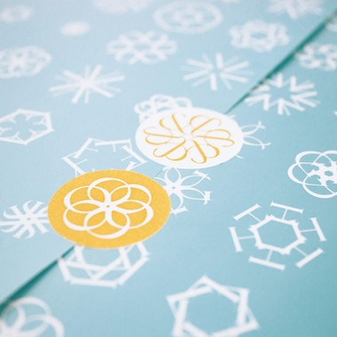 Schneeflocken Geschenkpapier-Set mit Aufklebern