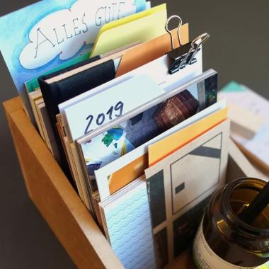 Box mit grünem Deckel und Etikettenschild, Sammelbox mit Registern und Blankokarten, Kiste zum Aufbewahren, sperlingb.design