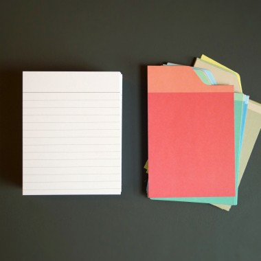 Box mit orangefarbenem Deckel und Etikettenschild, Sammelbox mit Registern und Blankokarten, Kiste zum Aufbewahren, sperlingb.design