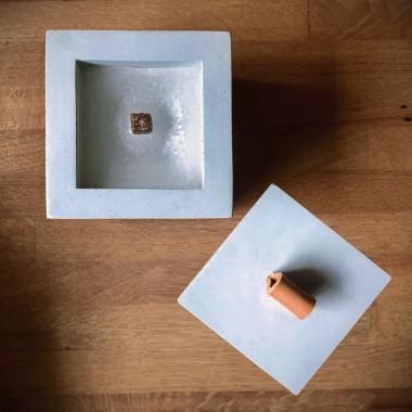 Beton-Outdoor-Feuer mit tollem Lederdeckel in hellgrau von Grellroth