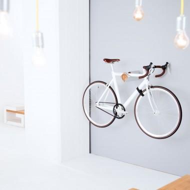 Stilvolle Design Fahrrad Wandhalterung | PARAX® D-RACK | für Rennrad, Hardtail, Cityrad & Tourenrad | Silber - Rot mit Oliven Holz