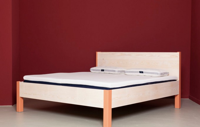 Bett aus recyceltem Bauholz und Stahl | ALTIERS mit Kopfteil