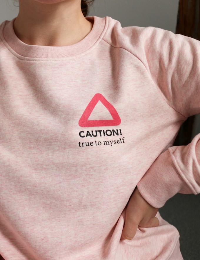 """stahlpink – """"CAUTION - true to myself"""" - nachhaltiger Sweater in rosa-meliert"""