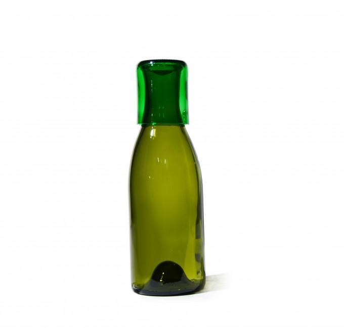 SAMESAME No 09 geschwungene Karaffe mit Stülpbecher in grün, umfasst 1,5l