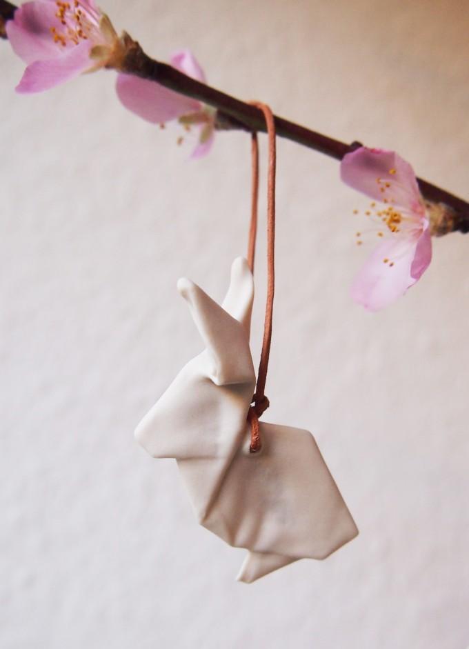 Kleiner Porzellanhase hängend von moij design