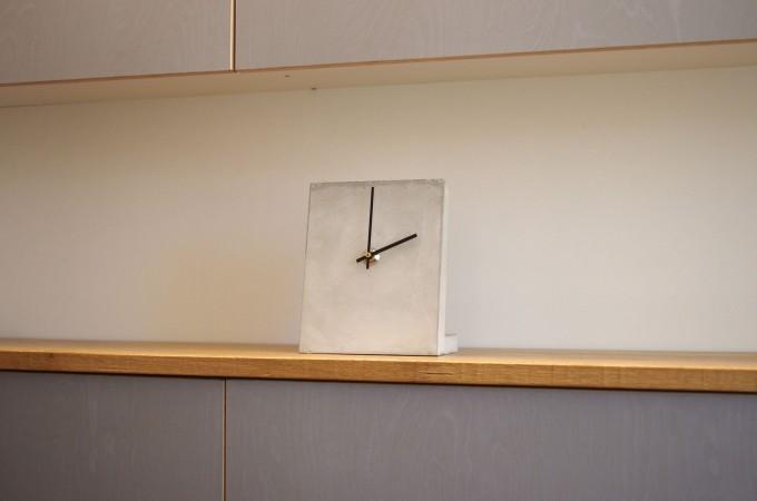 rohes wohnen Steinzeit, Uhr aus Beton