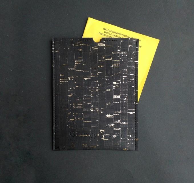 Grotkop Collection, Impfpasshülle Kork, Schwarz Gold