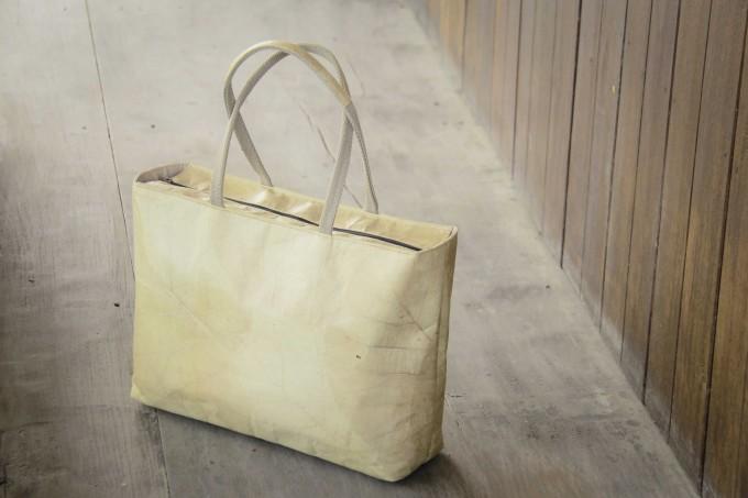 Shopper mit Zipper, Tasche aus laminierten Blättern, handgefertigt und vegan BY COPALA