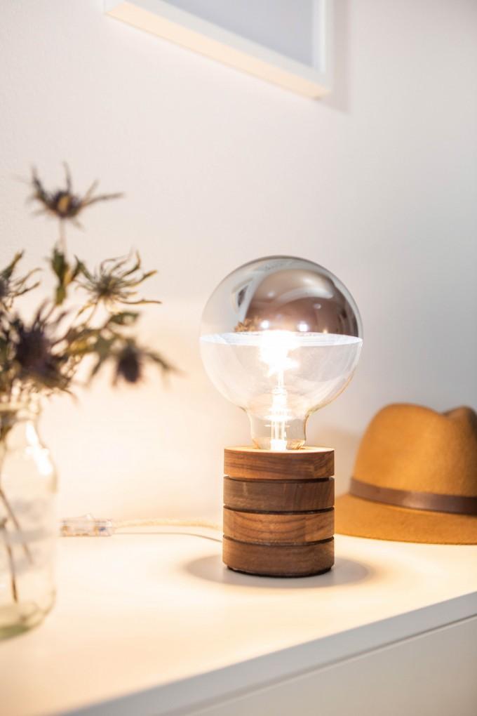 Lichtliebe – Tischleuchte Fafoo in Nussbaum mit stylischer Edison Mirror LED Kopfspiegellampe und nur 5 Watt