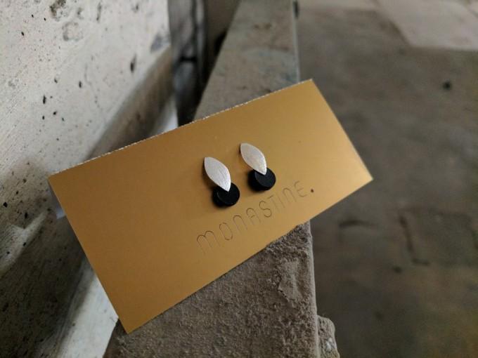 """MONASTINE - Ohrstecker """"Blad №1"""" – Leder schwarz – Stecker Silber"""