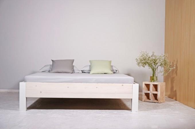 Industrial Upcycling Bett aus Bauholz & Eisen | ALTIERS WIT