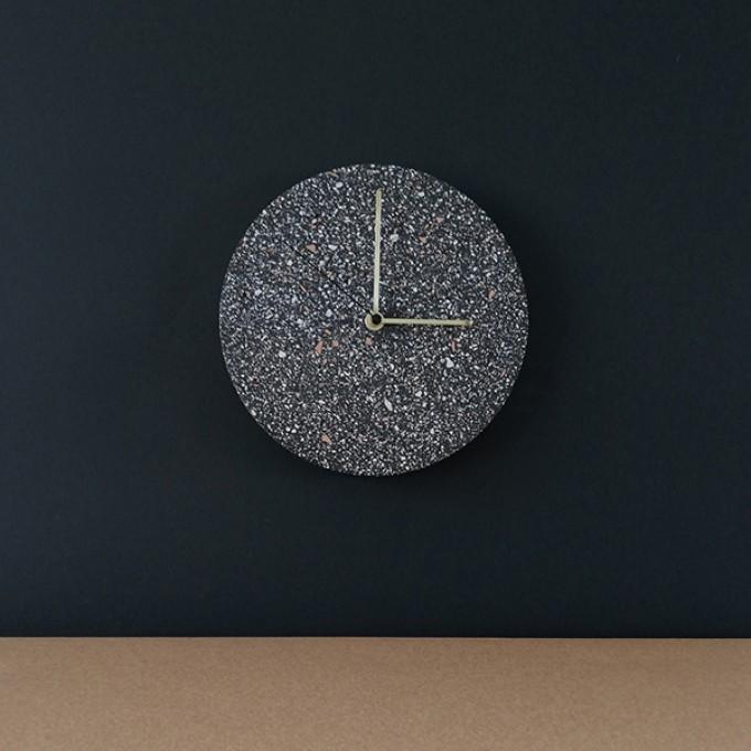 Terrazzo Wanduhr mit Uhrzeiger aus Messing, dunkelgrau – VLO design