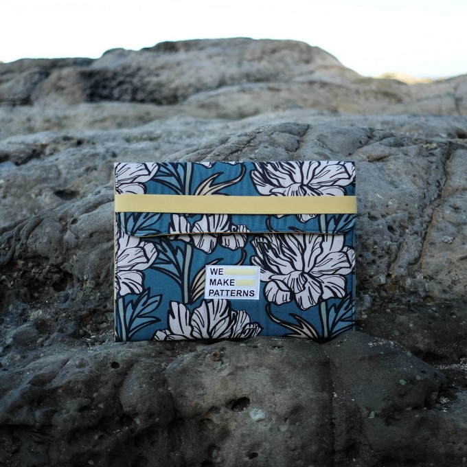 We Make Patterns - Laptop Bag Flower - Blue