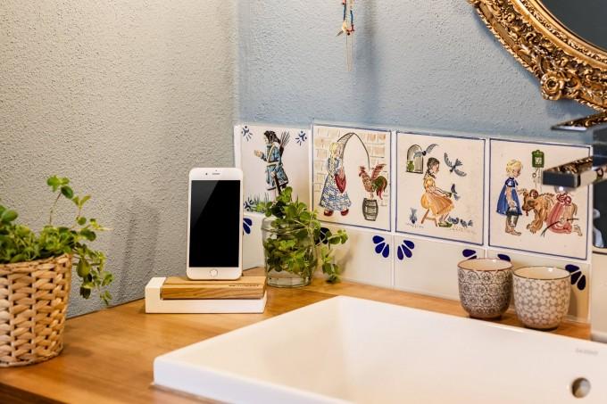 freiWERT Ladestation für iPhone aus Nussbaum und Beton