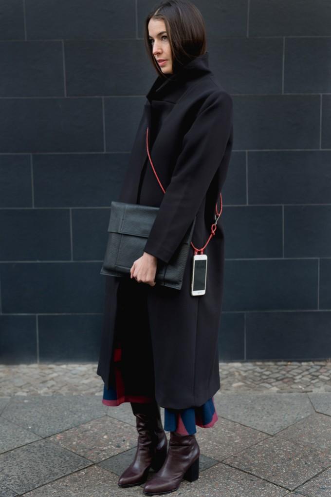 Lapàporter – iPhone Hülle zum Umhängen mit geflochtener Lederkordel, rot/gold