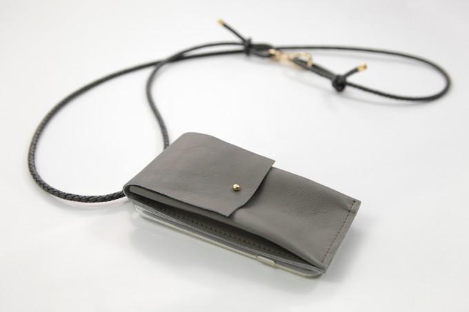 Lapàporter – iPhone Hülle zum Umhängen mit geflochtener Lederkordel und abnehmbarer Tasche, grau/gold