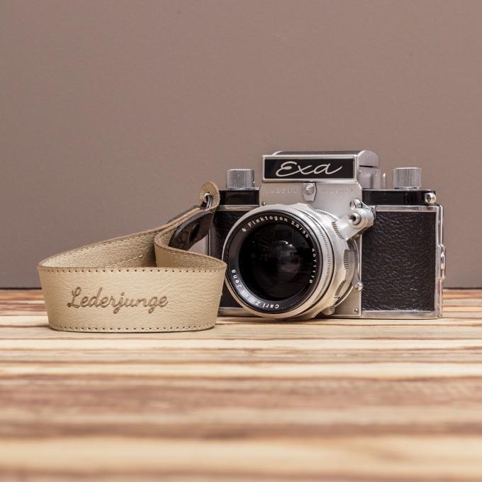 LEDERJUNGE – Kamera-Handschlaufe »FELIX« aus Rhabarberleder (sand)