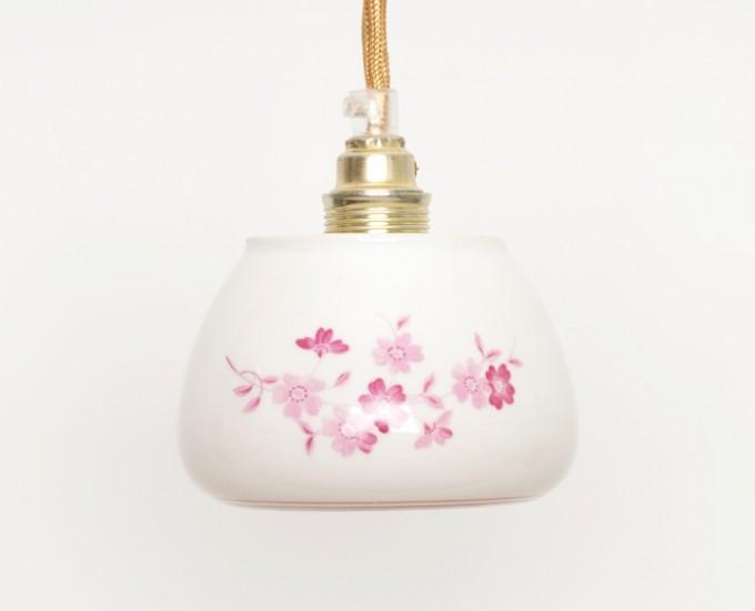 Lieselotte handgefertigte Hängelampe aus weißer Vintage-Porzellan-Zuckerdose mit rosa Blumendekor