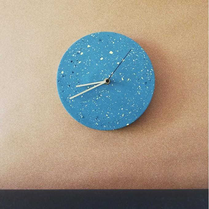 Terrazzo Wanduhr mit Uhrzeiger aus Messing, blau – VLO design