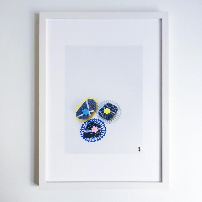 Chocolats Cailloux – YUKY RYANG hochwertiger Kunstdruck (Giclée), DIN A3