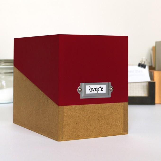 sperlingB – Rezeptbox, weinrot, Karteikartenbox mit Metallschild für Rezepte
