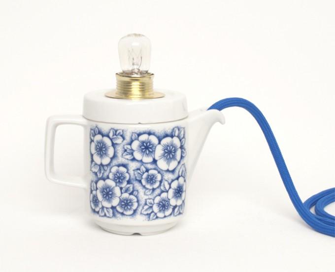 Lieselotte handgefertigte Tischlampe aus Mitropa Kännchen mit blauen Blumen