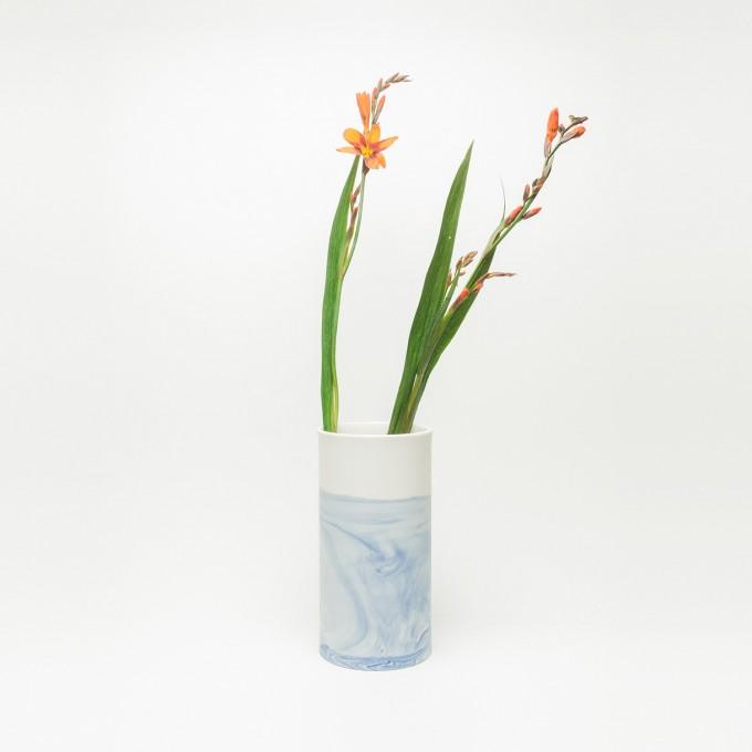 Rimma Tchilingarian – The Blue Vase – Handgemachtes Porzellan, weiß und blau – marmoriert