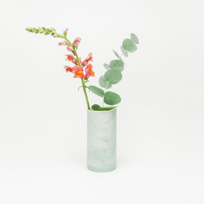 Rimma Tchilingarian – The Green Vase – Handgemachtes Porzellan, weiß und grün – marmoriert