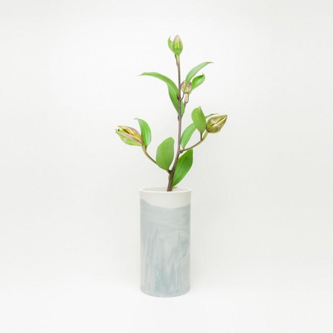 Rimma Tchilingarian – The Grey Vase – Handgemachtes Porzellan, weiß und grau – marmoriert