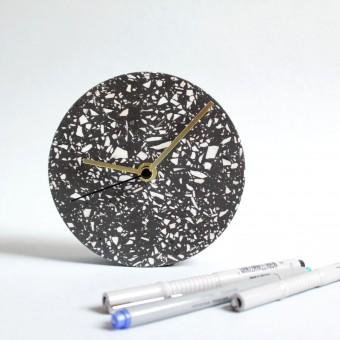 Kleine Wanduhr mit Uhrzeiger aus Messing / schwarz / objet vague