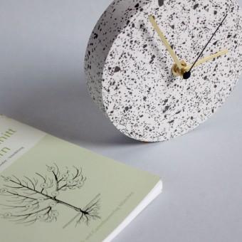 Kleine Wanduhr mit Uhrzeiger aus Messing / Weiß / objet vague
