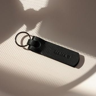 Laura Stolz / Schlüsselanhänger aus Naturleder / Prägung «MAMA <3» / schwarz