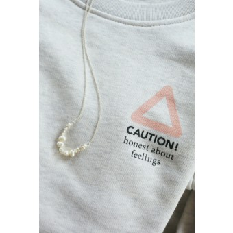 "stahlpink – ""CAUTION - honest about feelings"" - nachhaltiger Sweater in weiß-meliert"