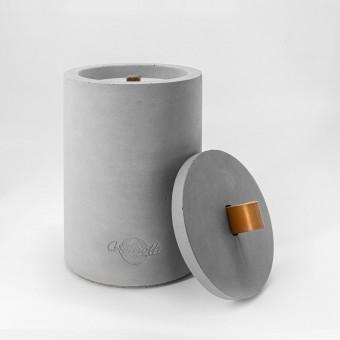 Beton-Outdoor-Feuer (H 19) mit tollem cognacfarbenem Ledergriff. Oder: Der nachhaltige Wachs-Fresser von Grellroth Design