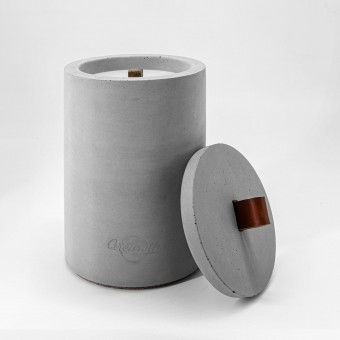 Beton-Outdoor-Feuer (H 19) mit tollem rot-braunem Ledergriff. Oder: Der nachhaltige Wachs-Fresser von Grellroth Design
