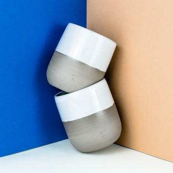 NOTON Keramik // Becher aus grauem Ton mit weißer Glasur
