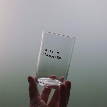 KISS A STRANGER Glas – Johanna Schwarzer