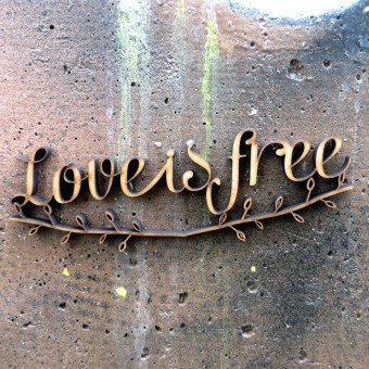 NOGALLERY Love is free - Holzschrift - 3D