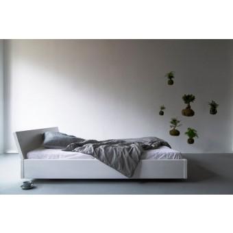FraaiBerlin - Bauholz Bett Lussan White Wash mit schräger Lehne