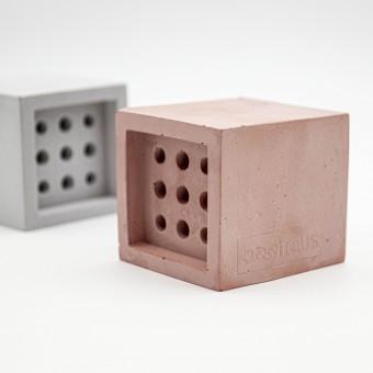 Nisthilfe beehaus (Quadrat) - Bienenhotel aus Beton im Bauhaus-Stil von Grellroth Design