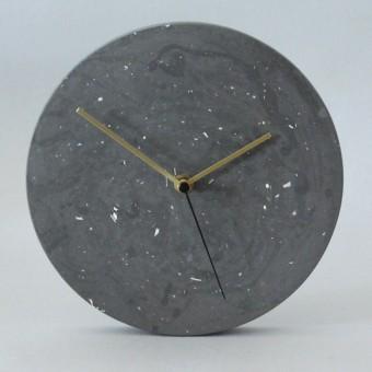 Terrazzo Wanduhr mit Uhrzeiger aus Messing / objet vague