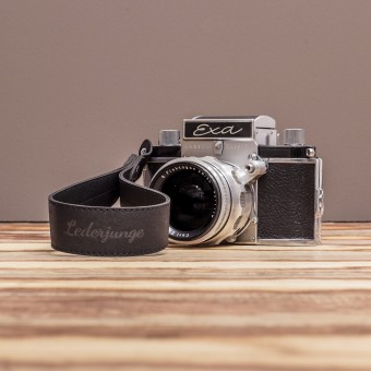LEDERJUNGE – Kamera-Handschlaufe »FELIX« aus Rhabarberleder (schwarz)