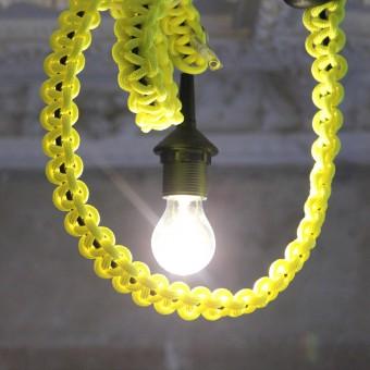 knot*knot 1.4m schwarzes Leuchtenpendel mit neongelbem Strangknoten