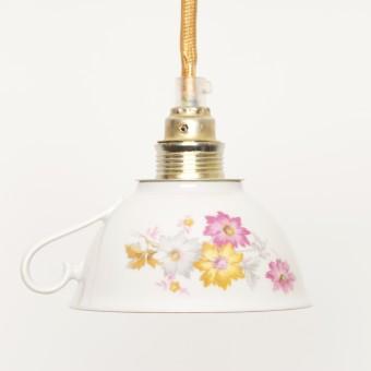 Lieselotte handgefertigte Hängelampe aus weißer Vintage-Porzellan-Tasse mit rosa Blumendekor