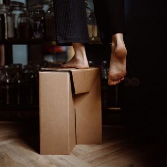Nachhaltiger Hocker aus Wellpappe   ROOM IN A BOX