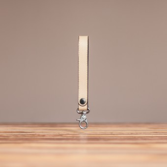 LEDERJUNGE – Schlüsselband »ARNE« aus Rhabarberleder (sand)